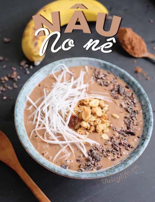 Một công thức smoothie giảm cân với topping dừa nạo và sô cô la.